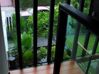 08-fron-garden-view-from-stairs-glass-wall